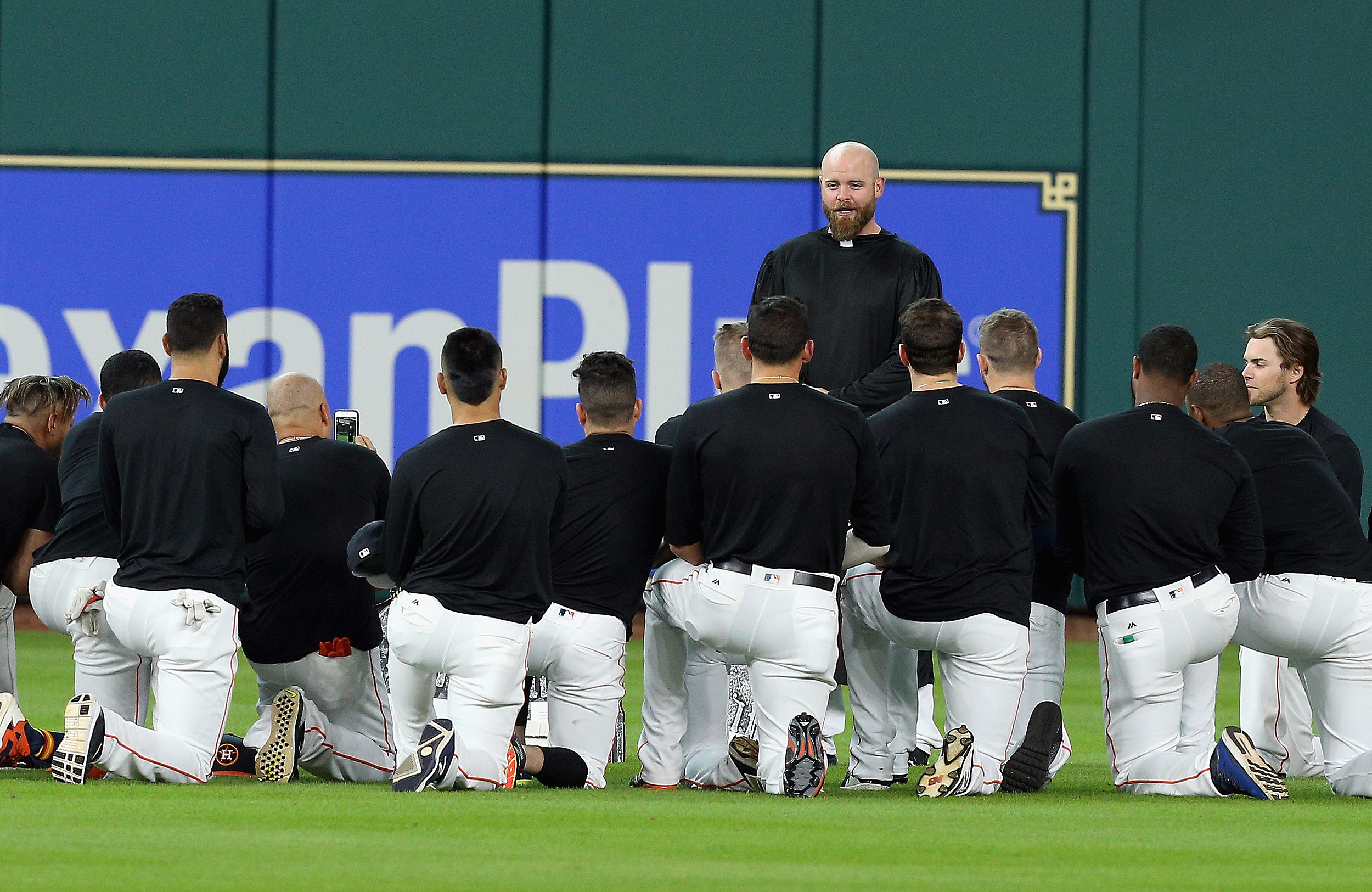 Astros hold 'funeral' for Carlos Beltran's outfield glove
